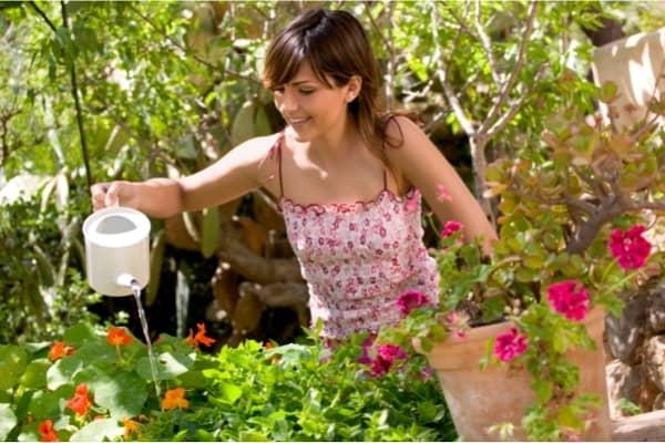copine qui arrose le jardin